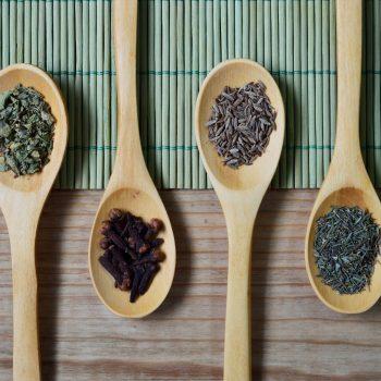Analyse von Tee und Gewürzen auf Pyrrolizidinalkaloiden